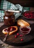 Brindes, doce e airela na placa de corte escura Fotos de Stock Royalty Free