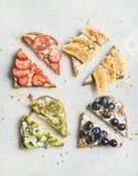 Brindes wholegrain do café da manhã saudável com queijo creme, fruto, sementes, porcas fotografia de stock royalty free