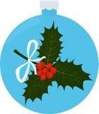Brindille de houx avec des feuilles et des baies dans le bleu Photographie stock libre de droits
