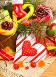 Brindilles de pin de Noël, coeur, boules de Noël avec les cônes de pin, commutateur Images libres de droits