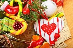 Brindilles de pin de Noël, coeur, boules de Noël avec les cônes de pin, commutateur Photographie stock libre de droits