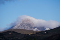 Bringen Sie Acuto in Winter mit Wolken am Gipfel, Apennines, Umbr an stockbild