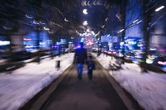Bringen Sie ADN-Sohn hervor, der auf die Nachtstraße im Unschärfeeffekt geht Stockfoto