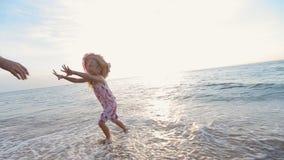 Bringen Sie aufheben seine Tochter nahe dem Meer in langsamem hervor stock footage