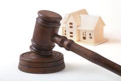 Bringen Sie Auktion, Auktionshammer, Symbol der Berechtigung und Miniaturhaus unter Gerichtssaalkonzept stockfotos