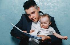 Bringen Sie Büro mit Tochter auf Schoss zu Hause bearbeiten hervor Stockfotos