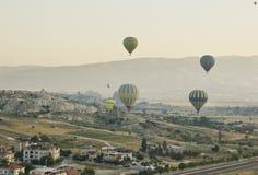 Bringen Sie baloons bei Sonnenaufgang im cappadocia, Truthahn zur Sprache Lizenzfreie Stockbilder