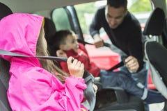 Bringen Sie besorgtes über die Sicherheit ihre Kinder in a hervor stockfoto