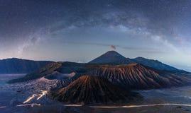 Bringen Sie Bromo an, das an der Nacht mit sternenklarem Himmel und an der Milchstraße in Indonesien vulkanisch ist lizenzfreies stockbild