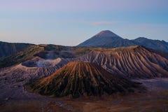 Bringen Sie Bromo an, das in Sonnenaufgang, in berühmtes Reiseziel und in Touristenattraktion in Indonesien vulkanisch ist lizenzfreies stockbild