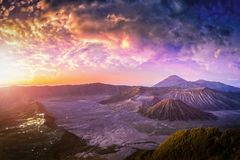 Bringen Sie Bromo-Vulkan Gunung Bromo bei Sonnenaufgang mit buntem Himmelhintergrund in Nationalpark Bromo Tengger Semeru, Osttim stockbilder