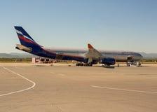 Bringen Sie Bus Ð  330 von russischen Fluglinien Aeroflot am Flughafen von Yuzhno- zur Sprache Lizenzfreie Stockfotos