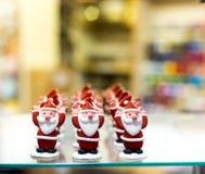 Bringen Sie Christmas oder Santa Claus, Puderzucker-Kuchendekorationen hervor stockfotos