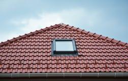Bringen Sie Dachfenster, Sonnentunneloberlichter oder Oberlicht nach Regen auf Dachplatten des roten Lehms unter Dachbodenoberlic Lizenzfreies Stockbild