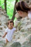 Bringen Sie das Spielen und das Tragen seines Kindes auf seinen Schultern nahe einem Fluss hervor Stockfoto