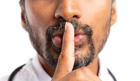 Bringen Sie die Geste zum Schweigen mit dem Zeigefinger gemacht wird lizenzfreie stockbilder