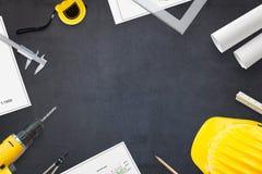 bringen Sie die Ikone unter, die von den Tasten, auf Backsteinmauerhintergrund gebildet wird Projekte und Werkzeuge auf Arbeitssc stockfoto