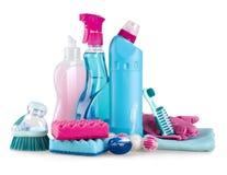 Bringen Sie die Reinigungs- und Hygieneversorgungen unter, die auf weißem Hintergrund lokalisiert werden Stockbilder