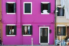 Bringen Sie Fassadenfarbpurpur in Burano, Insel in der venetianischen Lagune unter, die für seine bunten Gebäude bekannt ist Stockfotografie