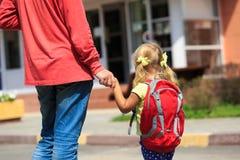 Bringen Sie gehende kleine Tochter zur Schule oder zum Kindertagesstätte hervor stockfoto