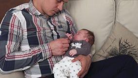 Bringen Sie Griffe ein neugeborenes Baby und Noten seine Hand hervor stock video