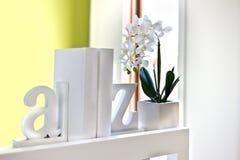 Bringen Sie Innenausstattung unter Verwendung der Buchstaben 3d und blühender Pflanze I unter Stockfotografie