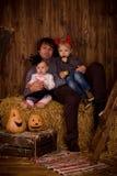 Bringen Sie mit Babysohn und -tochter auf Halloween-Partei hervor stockfoto