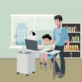 Bringen Sie mit dem Sohn hervor, der Hausarbeit auf Tischrechner tut Lizenzfreies Stockbild