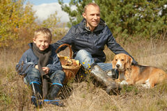 Bringen Sie mit dem Sohn und Haustier hervor, die auf der Waldlichtung stillstehen lizenzfreie stockfotografie