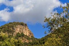 Bringen Sie mit Felsen am Hintergrund des blauen Himmels an Stockbild