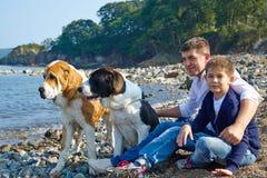 Bringen Sie mit seinem Sohn und großen Hund zwei hervor Stockbilder