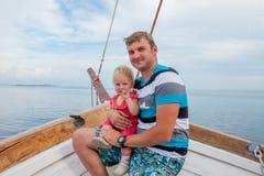 Bringen Sie mit Tochter auf dem Bogen des Schiffs hervor Lizenzfreies Stockbild