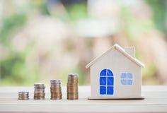 Bringen Sie Modell und M?nzgeld, Hypothek und Immobilieninvestition unter lizenzfreies stockfoto