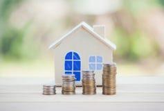 Bringen Sie Modell und M?nzgeld, Hypothek und Immobilieninvestition unter lizenzfreie stockbilder