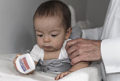 Bringen Sie 9 Monate Baby oben ändern und kleiden hervor Lizenzfreies Stockbild