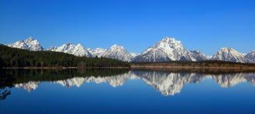 Bringen Sie Moran an, der in Jackson Lake, großartiger Nationalpark Teton, Wyoming reflektiert wird lizenzfreies stockbild