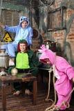 Bringen Sie, Mutter in den bunten Kostümen von Drachen und Tochter hervor Lizenzfreie Stockbilder