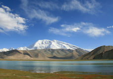 Bringen Sie Muztag Ata, der Vater von Eisbergen und von Karakul See an Lizenzfreie Stockfotos