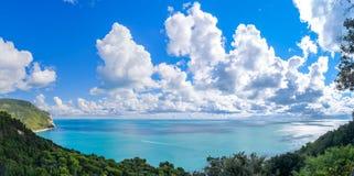 Bringen Sie Nationalparkküstenlinie Conero in Sirolo, Italien an Lizenzfreies Stockbild