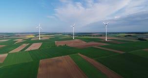 Bringen Sie Panoramas von landwirtschaftlichen Feldern und von Windgeneratoren zur sprache, Strom produzierend Moderne Technologi stock video footage
