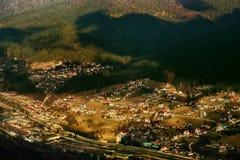 Bringen Sie Regelung an der Basis der Berge nahe dem Wald unter Stockfotografie