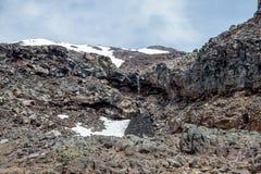 Bringen Sie Ruapehu-Landschaft und kleines watefall an, die unter eine Schneekappe in Nationalpark Tongariro fließen Stockbilder