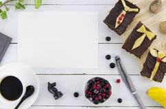 Bringen Sie ` s Tageshintergrund mit süßem Frühstück von den tosts, von der Beere und vom Kaffee hervor Nahaufnahme mit weißem hö Stockfotografie