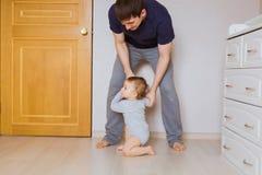Bringen Sie ` s Tageskonzept - glücklicher Familienvater und Babykindersohn zuhause hervor lizenzfreie stockfotografie