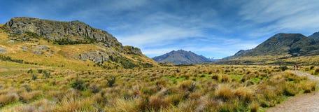 Bringen Sie Sonntag und umgebende Gebirgszüge an, benutzt in Schmierfilmbildung Lord der Ringfilm Edoras-Szene, in Neuseeland stockfoto