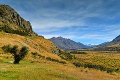 Bringen Sie Sonntag und umgebende Gebirgszüge an, benutzt in Schmierfilmbildung Lord der Ringfilm Edoras-Szene, in Neuseeland lizenzfreies stockfoto