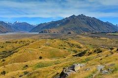 Bringen Sie Sonntag und umgebende Gebirgszüge an, benutzt in Schmierfilmbildung Lord der Ringfilm Edoras-Szene, in Neuseeland stockfotografie