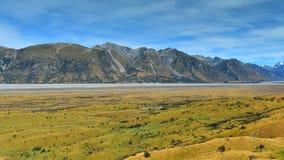 Bringen Sie Sonntag und umgebende Gebirgszüge an, benutzt in Schmierfilmbildung Lord der Ringfilm Edoras-Szene, in Neuseeland stockfotos