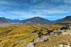 Bringen Sie Sonntag und umgebende Gebirgszüge an, benutzt in Schmierfilmbildung Lord der Ringfilm Edoras-Szene, in Neuseeland lizenzfreie stockfotos