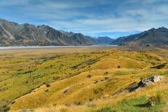 Bringen Sie Sonntag und umgebende Gebirgszüge an, benutzt in Schmierfilmbildung Lord der Ringfilm Edoras-Szene, in Neuseeland lizenzfreie stockfotografie